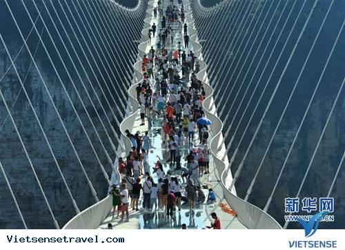Mở lại cầu đáy kính cao nhất thế giới ở Trung Quốc,mo lai cau day kinh cao nhat the gioi o trung quoc